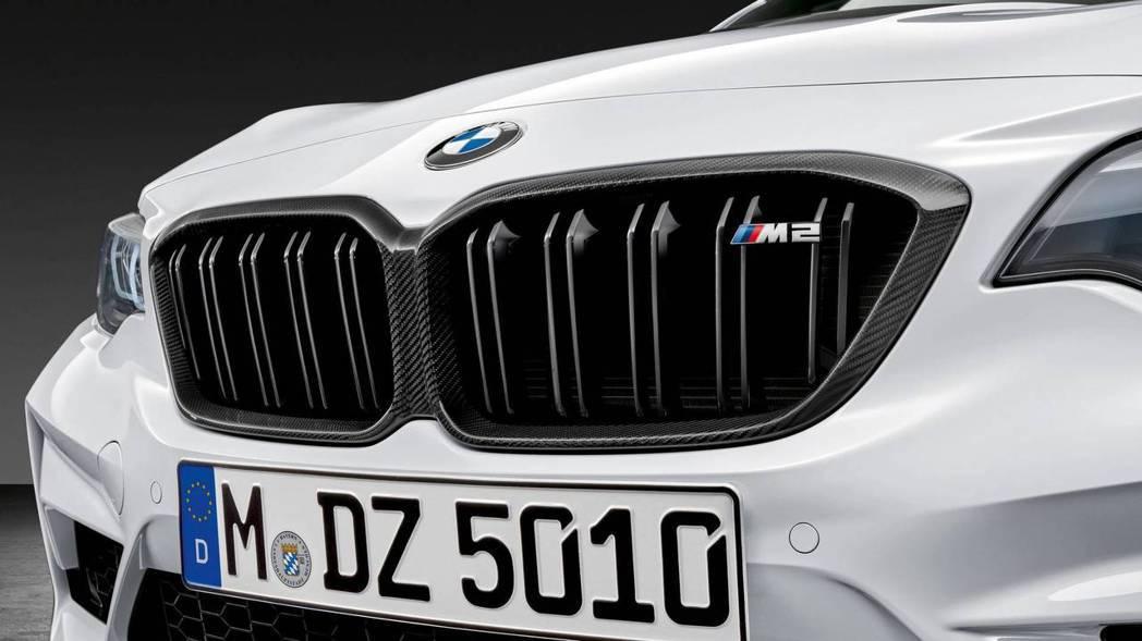 連水箱護罩也用上了碳纖維。 摘自BMW