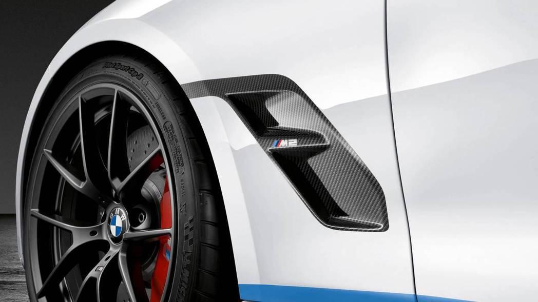 散熱孔也是碳纖維。 摘自BMW