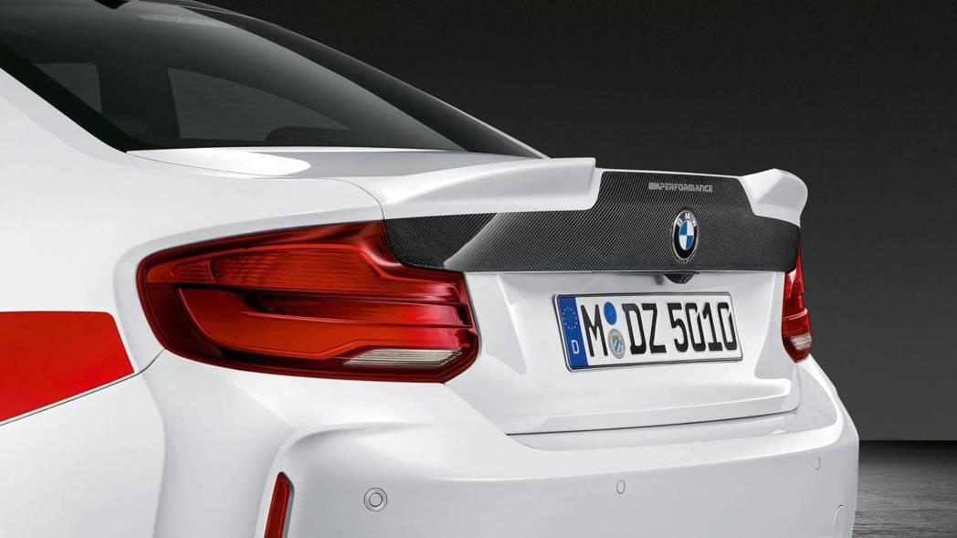 或是一般尾翼配碳纖維行李箱蓋。 摘自BMW