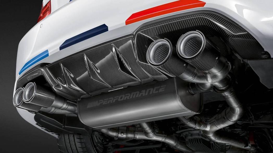 車尾的分流器以及尾飾管也是要碳纖維到底啦! 摘自BMW