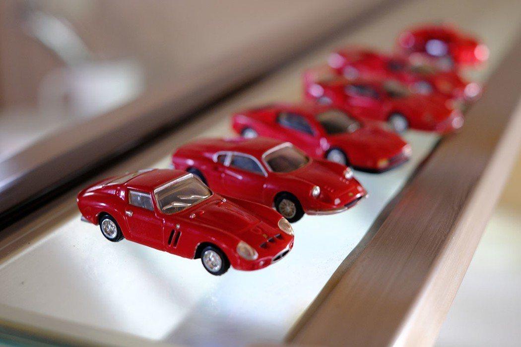 仔細觀察,店裡有許多跟跑車相關的裝飾品與親筆簽名
