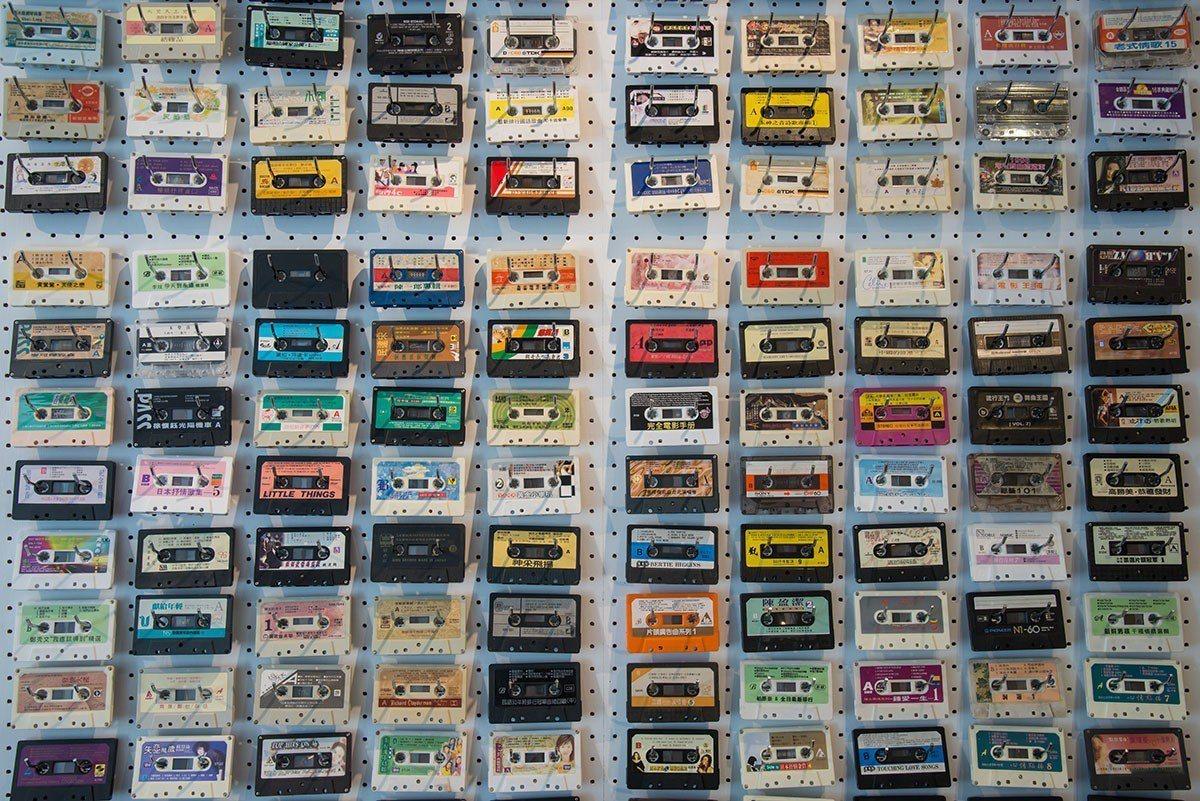 數百捲卡帶組成的裝飾牆存在感強烈