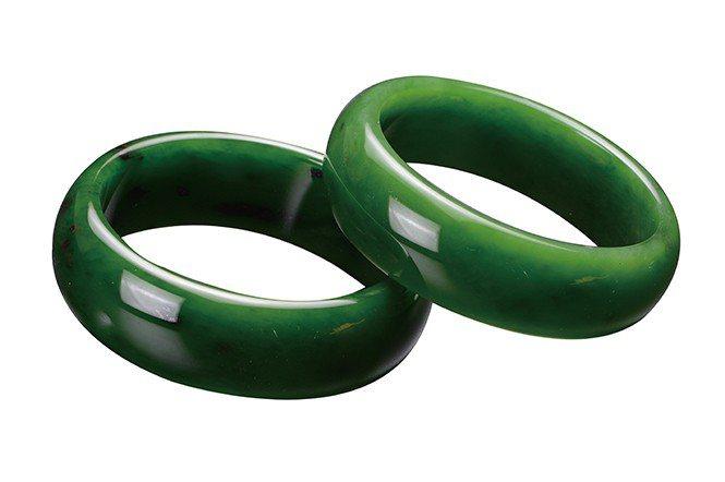 菠菜綠極品碧玉手鐲,每個市價約台幣3至5萬。(私人收藏)