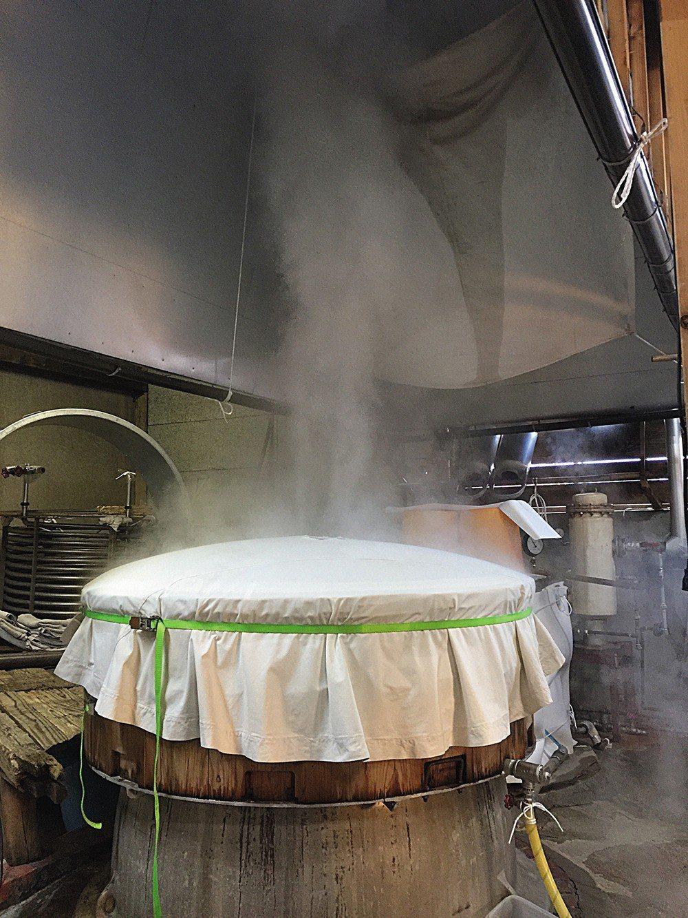 由於不知道台中六十五號米的特性,在蒸米、灑麴種、製麴等步驟中,都必須靠著不斷摸索...