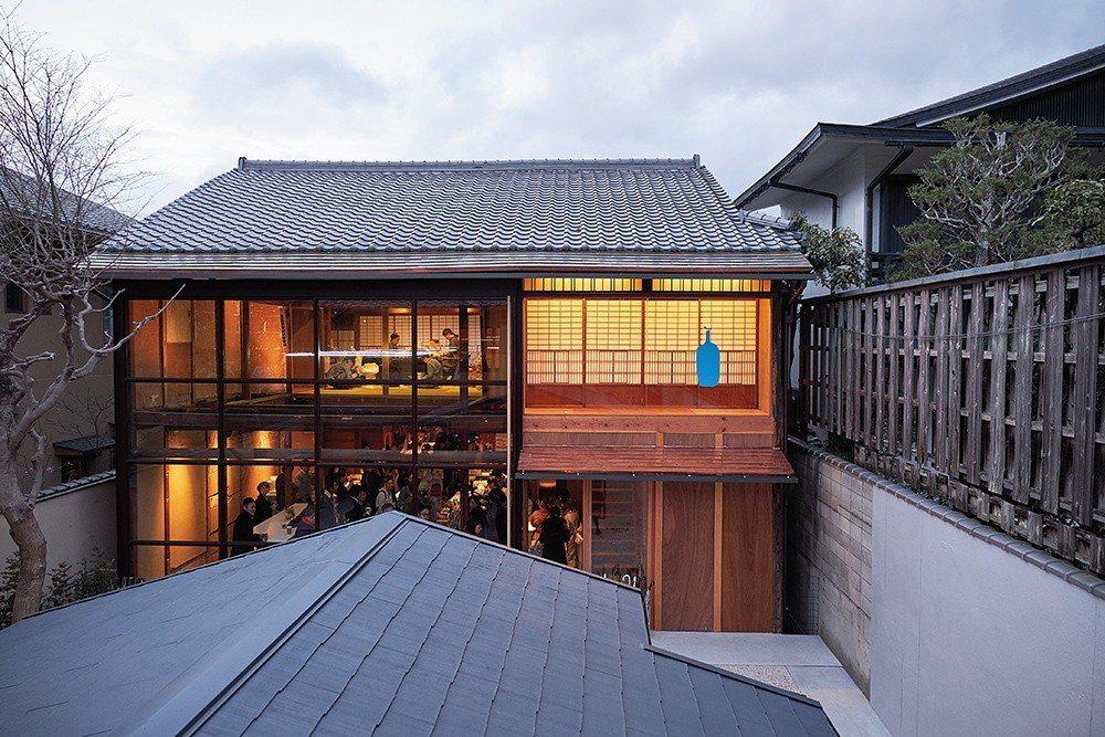 藍瓶咖啡在京都的第一間店面位於巷弄內,自走道進入後,即可一眼看到玻璃牆面上鮮明的...