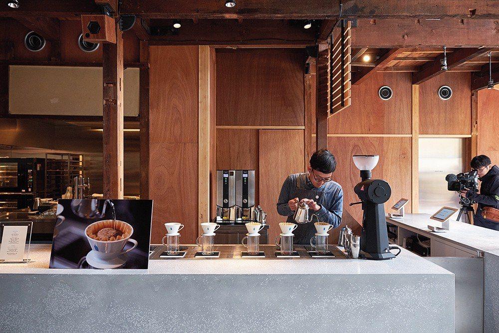 位於庭院最底部的咖啡店空間,有大型的咖啡沖煮台,人們可以在這裡欣賞咖啡沖煮的過程...