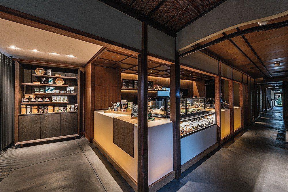星巴克二寧坂ヤサカ茶屋店內,保留古老房屋的木結構,狹小的長廊讓人有穿越時空之感。