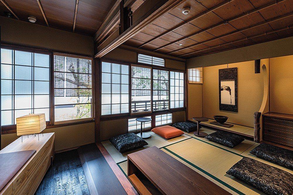 二樓共有三個榻榻米座位區,人們可坐在傳統丹後織物製成的坐墊上享受咖啡。