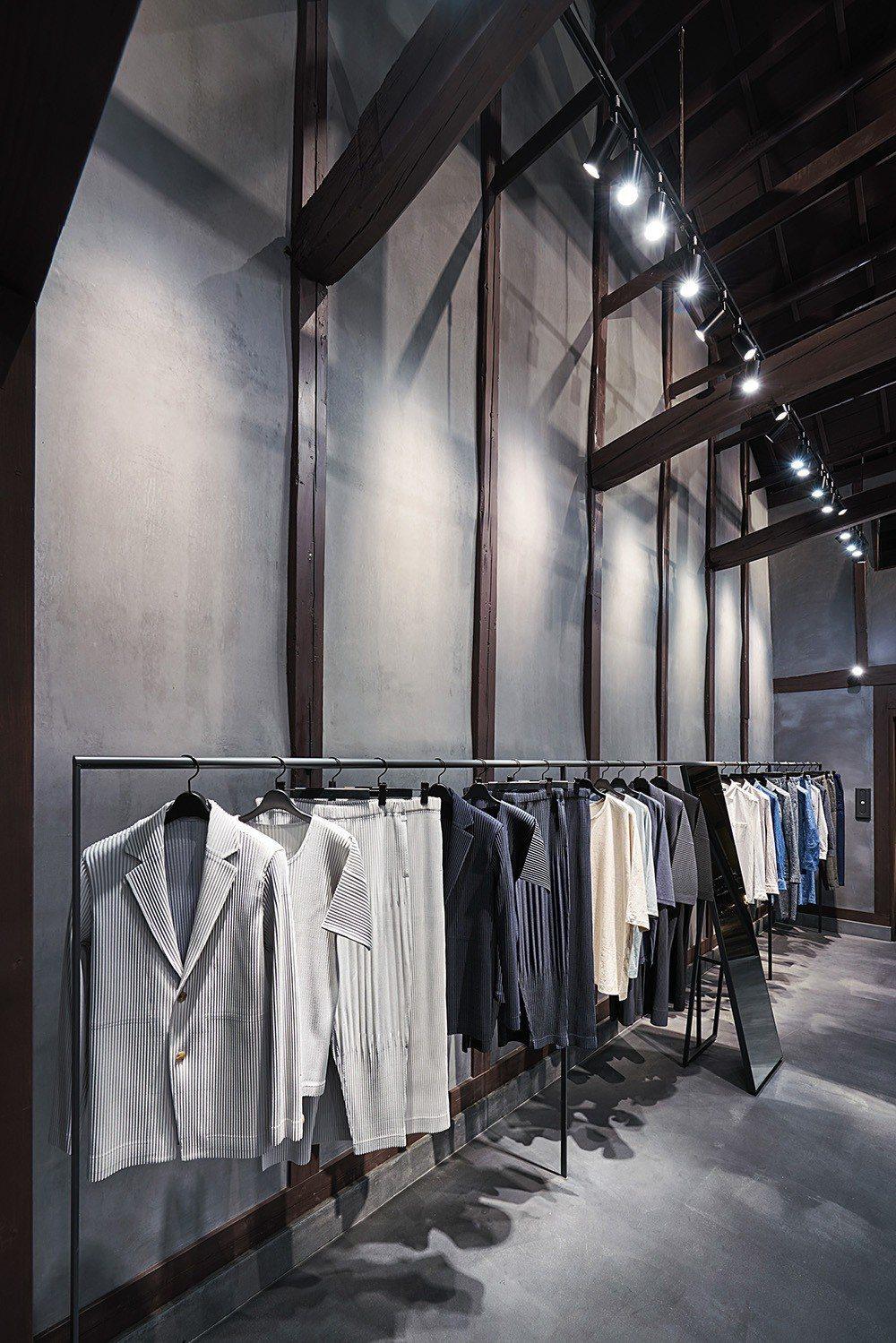 由深澤直人操刀設計的空間,整體以日本傳統的墨色(sumi)為主調,呼應沉穩高雅的...