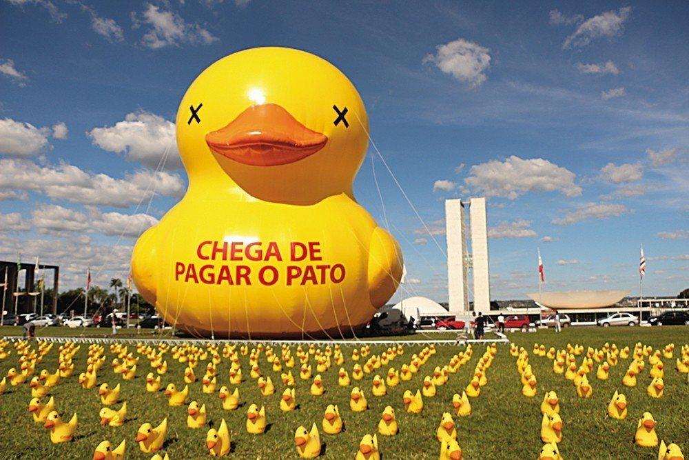 2016年在彈劾當時巴西總統羅賽芙(Dilma Rousseff)抗議中出現的2...