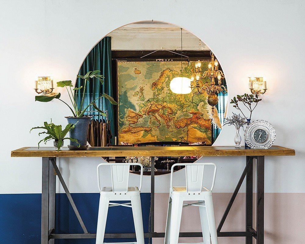棲仙以收集來自台灣的家具家飾進行陳設,此為運用中國園林借景方式呈現的一角。