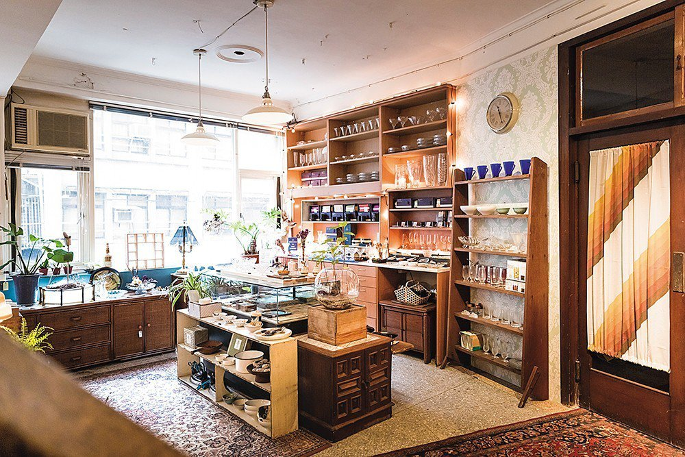 店內選物主要來自台灣,二樓的木造櫥櫃上,有向停業的欣欣玻璃行收購的各式玻璃器皿。
