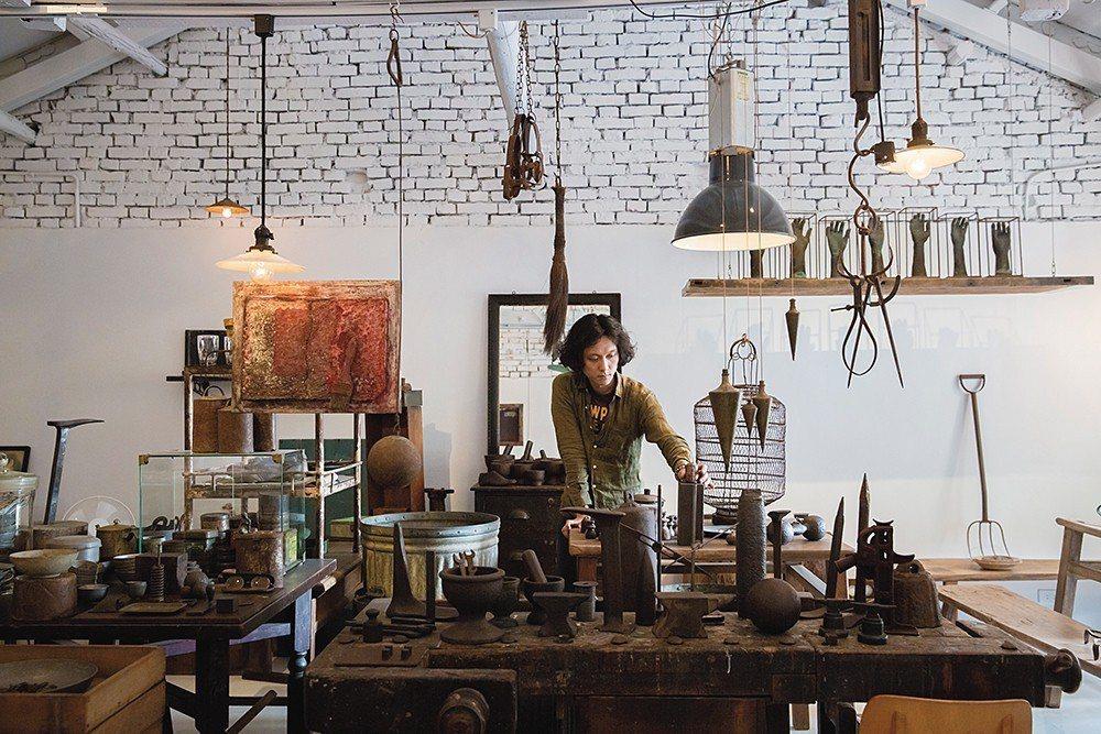 NADA主理人王先生特別喜歡鐵件的鏽蝕肌理,因此店內主要為從中國、台灣和日本收集...