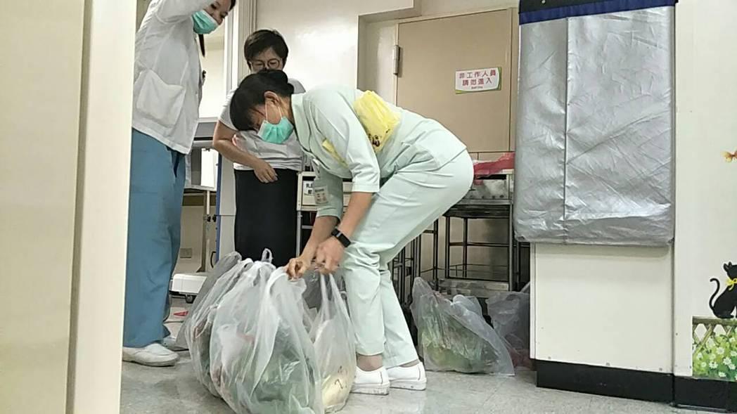 71歲呂銀老先生為菜販,日前因嚴重暈眩,自行騎車至彰基急診室,躺在病床上,仍掛念...