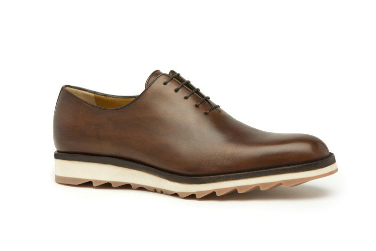 a.testoni招牌手工鞋,透過經驗豐富的皮革染色師傅多道手染程序,發揮皮革最...