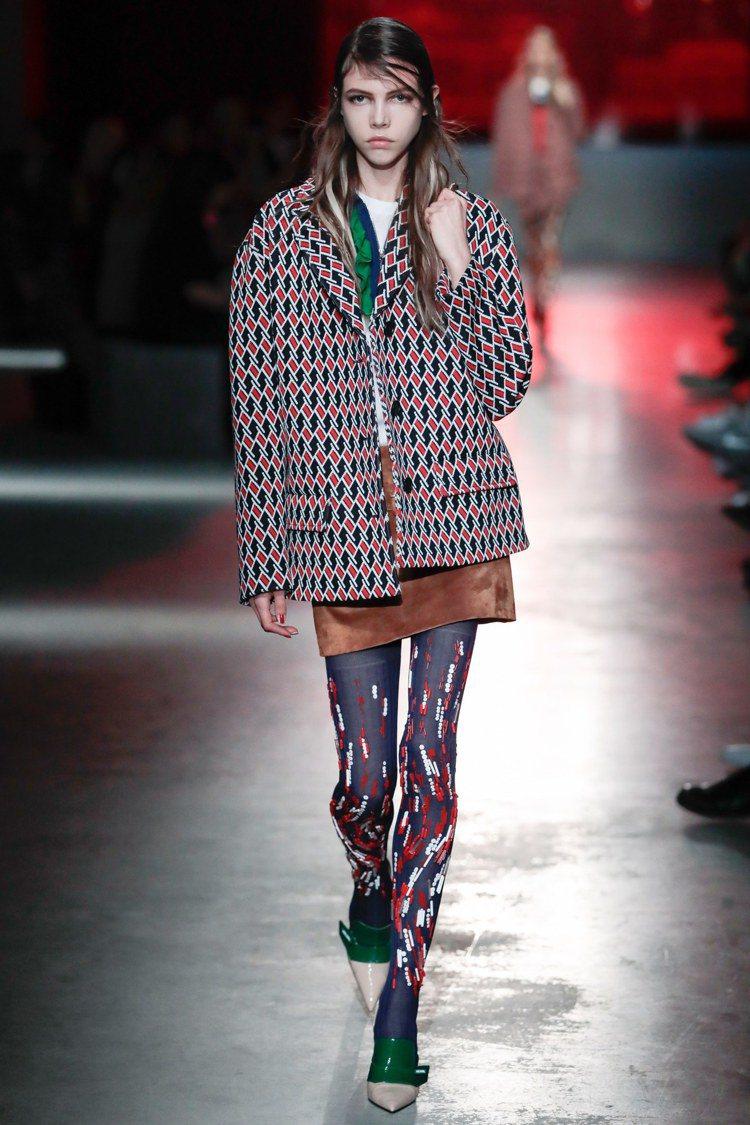 以九○年代為出發點,設計師Miuccia Prada重現品牌標誌性的幾何復古印花...