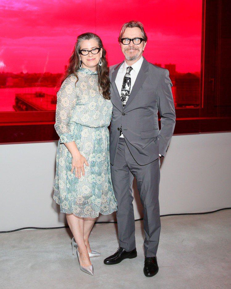 蓋瑞歐德曼和老婆吉賽兒出席看秀。圖/PRADA提供