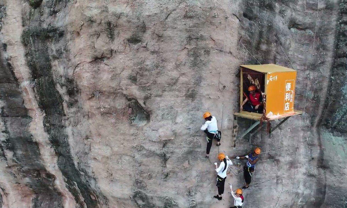 大陸湖南省石牛寨地質公園「飛拉達攀岩」景點,全球獨一無二、懸掛130公尺崖壁上的...