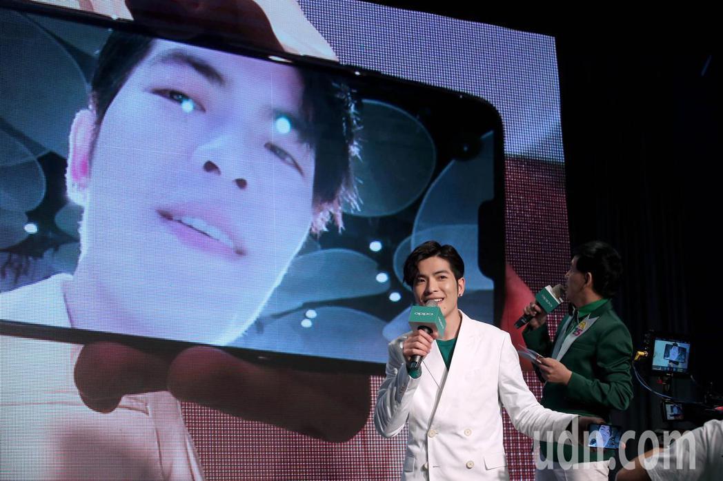蕭敬騰擔任手機品牌代言人,當場自拍秀出自己的「愛心鼻孔」。記者余承翰/攝影