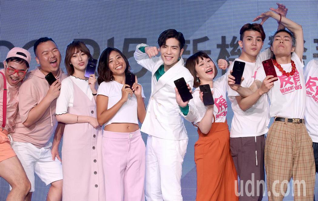 蕭敬騰(右四)擔任手機品牌代言人,與Youtuber們一起跳手勢舞。記者余承翰/...