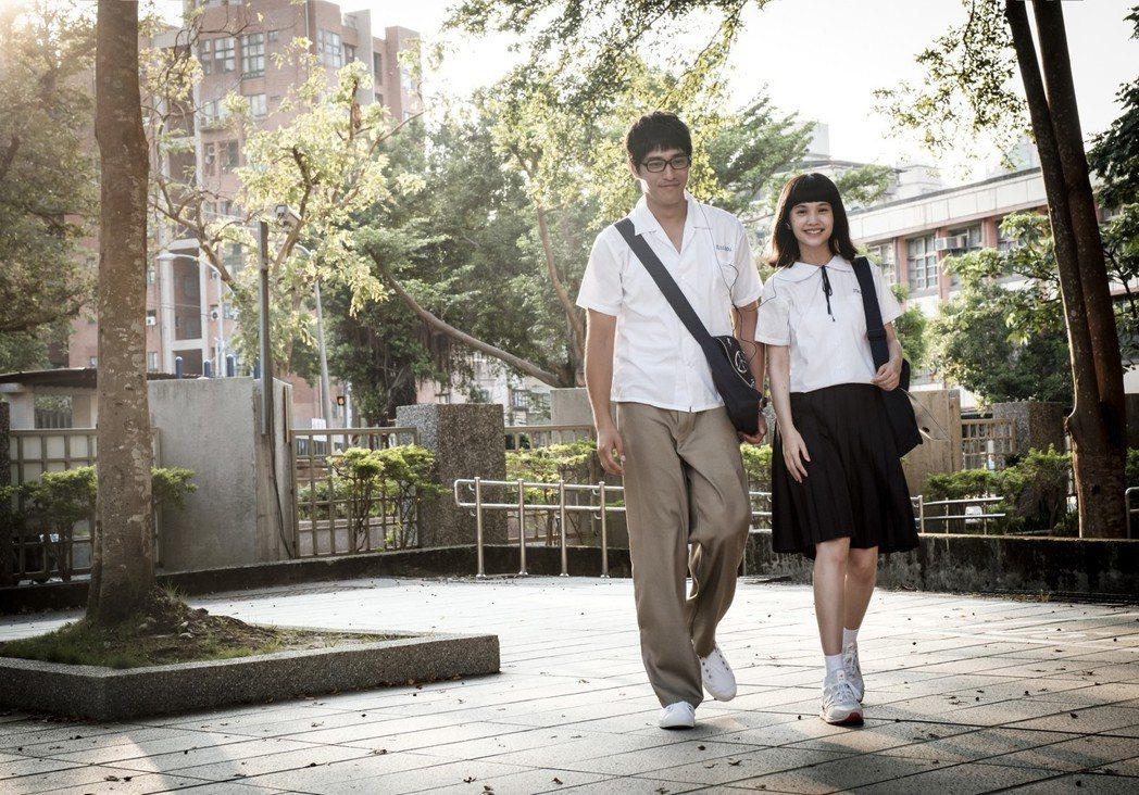 楊丞琳(右)、藍正龍為戲重回高中生扮相。圖/八大提供