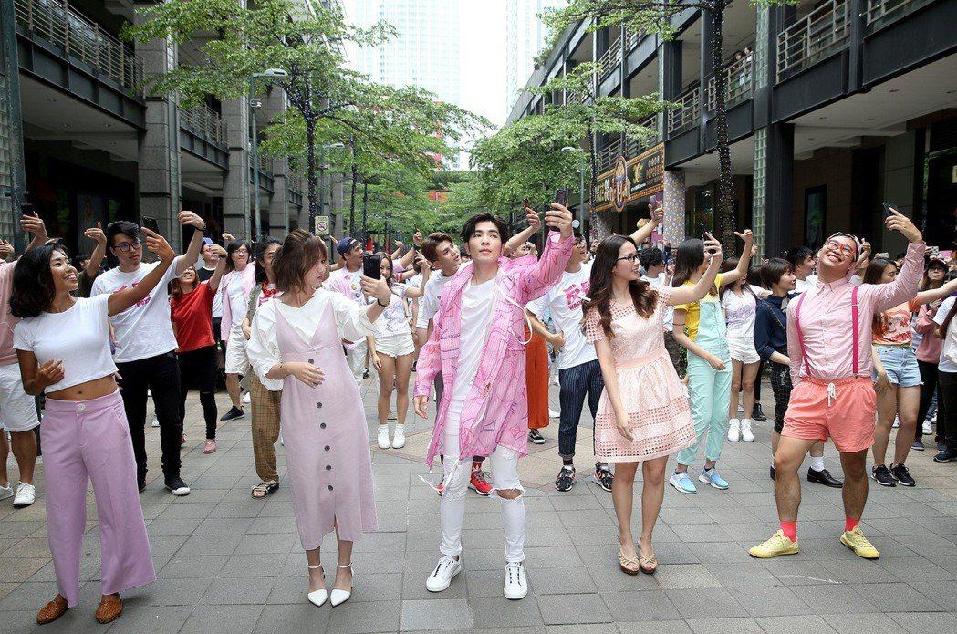 蕭敬騰(中)昨天現身台北市信義區香堤大道,快閃大跳手勢舞。記者余承翰/攝影