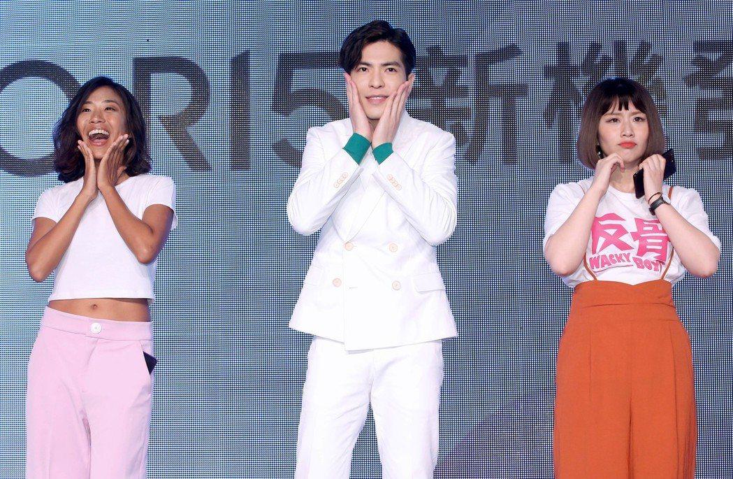 蕭敬騰(中)擔任手機品牌代言人,與Youtuber們一起跳手勢舞。記者余承翰/攝...