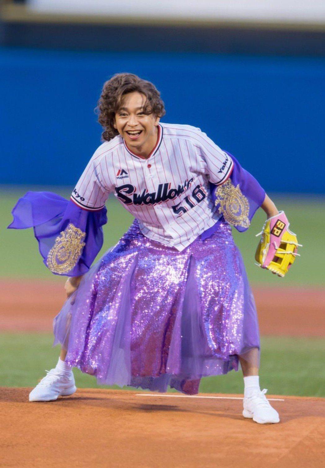 城島茂前天強顏歡笑穿女裝開球。圖/摘自推特