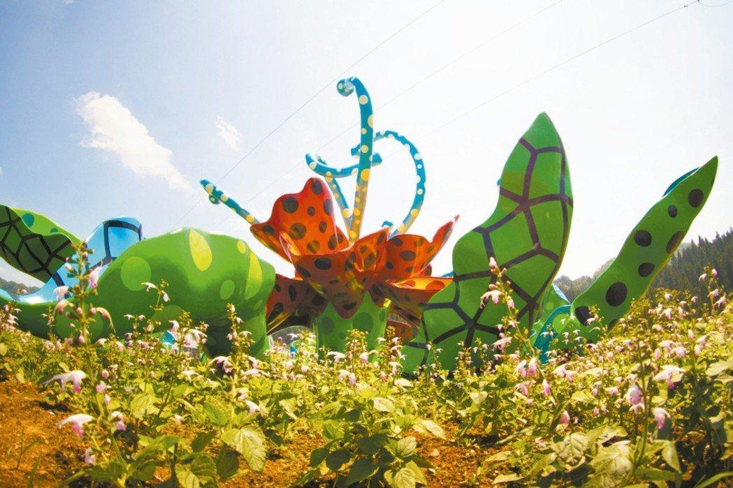 草間彌生所創作的雕塑色彩鮮艷動人,為藝術祭常態展出的作品。 圖/有行旅提供
