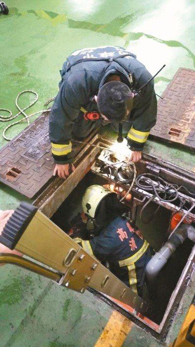 三名工人昨下午倒在高雄某社區大樓地下汙水槽內,消防人員進入搶救。 記者林伯驊/翻...