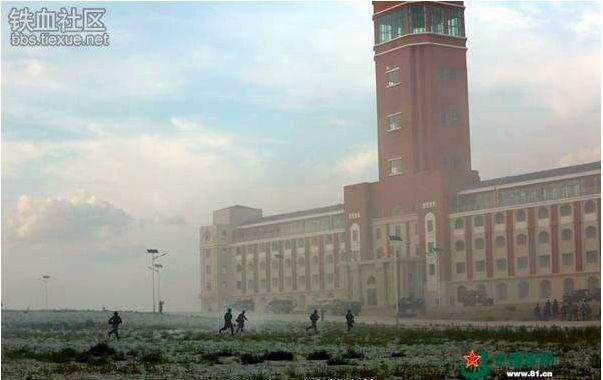 中共內蒙古朱日和基地演習中被曝光的建築物,酷似中華民國總統府,假想敵意味濃厚。(...