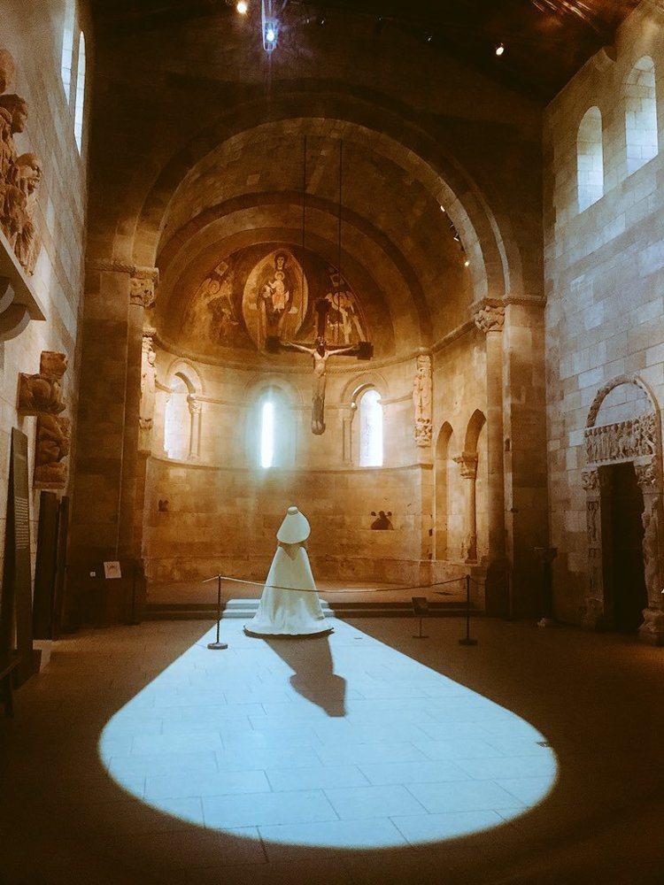 修道院藝術博物館展出 Balenciaga古董禮服作品。圖/取自twitter ...
