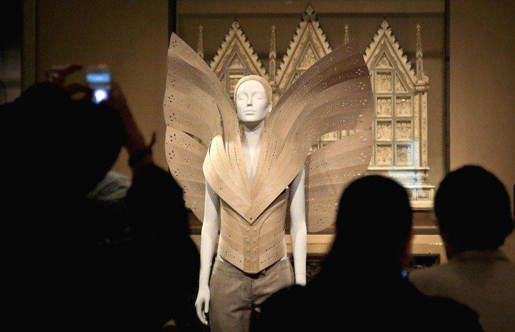 英國鬼才設計師Alexander McQueen的作品於中世紀藝廊展出。圖/美聯...