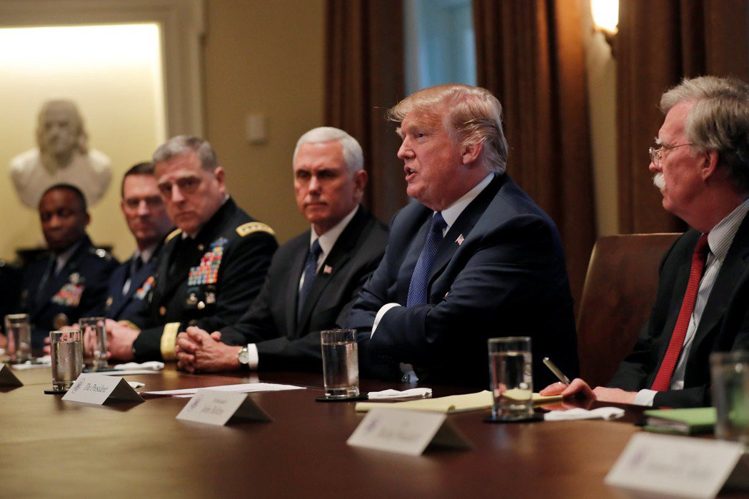 美國總統川普(右二)在華府聽取高階將領簡報,國家安全顧問波頓(右一)和副總統潘斯...