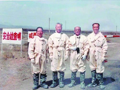 一次核爆炸試驗後,林俊德(左一)和參試人員從試驗場區完成取樣任務後合影留念(資料...