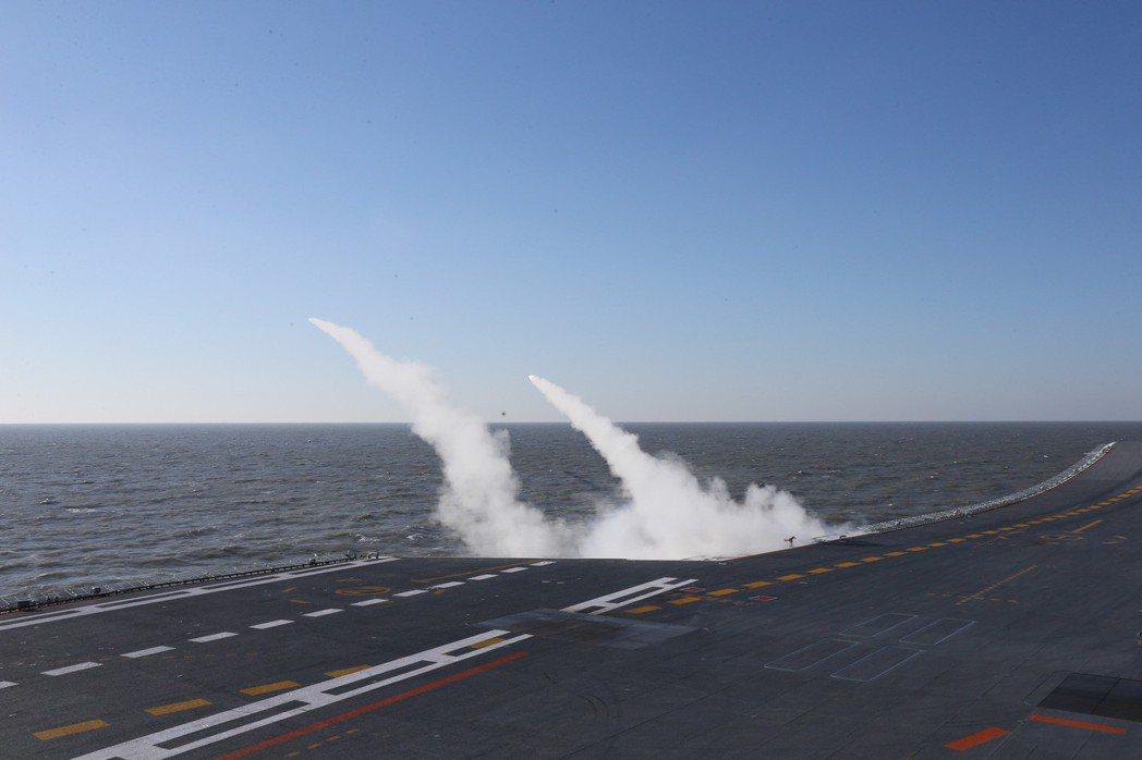 大陸海軍2016年實施航母編隊實際使用武器演習。圖為遼寧艦發射艦對空導彈攔截來襲...