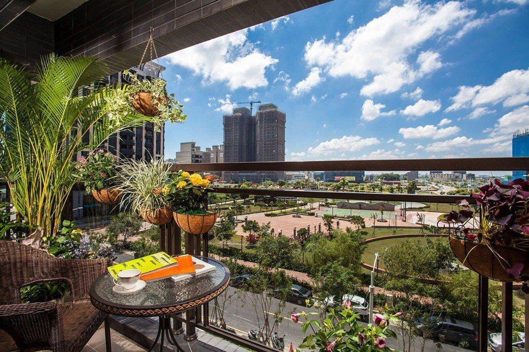 在權視界家裡陽台,就可以享有一片綠意美景與開闊棟距。 圖/權視界 提供