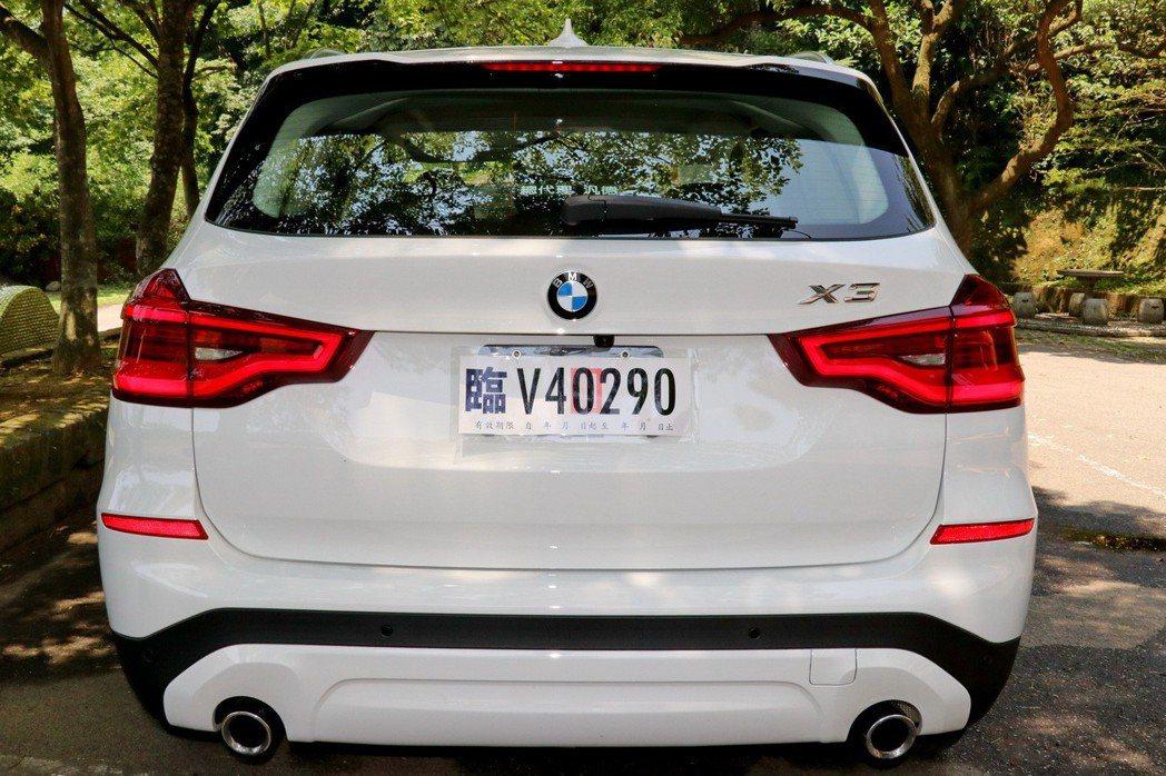 前、後保桿下飾板則採用與車身同色烤漆處理,突顯出X3 xDrive20i獨有的都會外觀風格。 記者陳威任/攝影