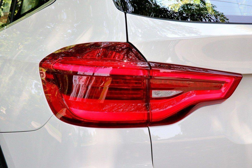 尾燈採用LED光條設計。 記者陳威任/攝影