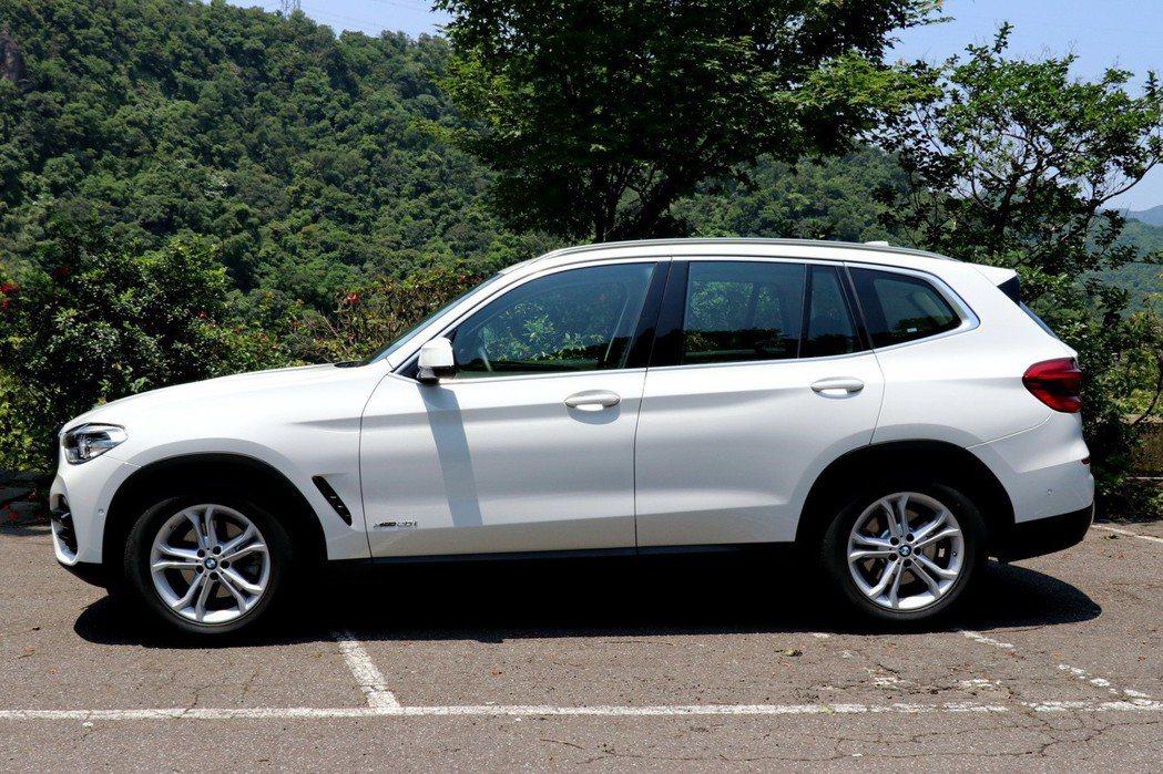 BMW X3 xDrive20i車側仍充滿動感姿態。 記者陳威任/攝影