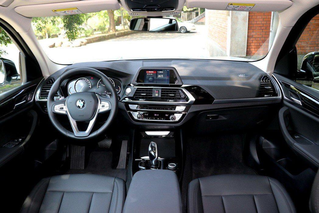 進入全新BMW X3 xDrive20i座艙,便即刻感受到質感大幅提升的豪華內裝設計。 記者陳威任/攝影