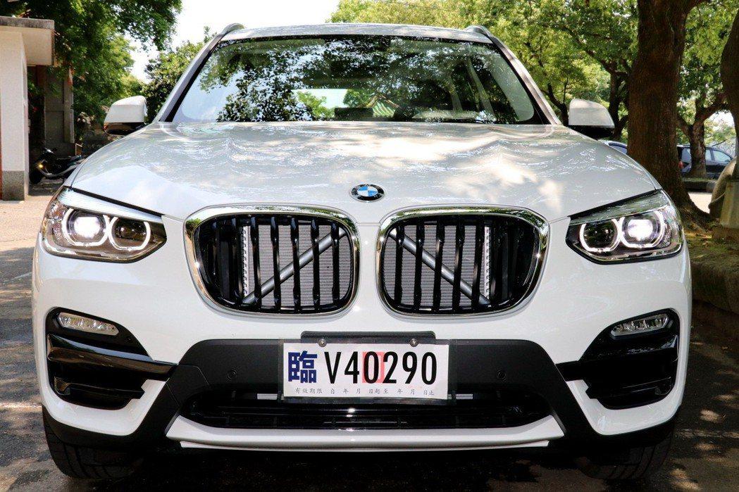 全新BMW X3 xDrive20i的雙腎型水箱護罩格柵及前保桿下氣壩上方的水平飾條採用專屬的黑色高光澤材質點綴。 記者陳威任/攝影