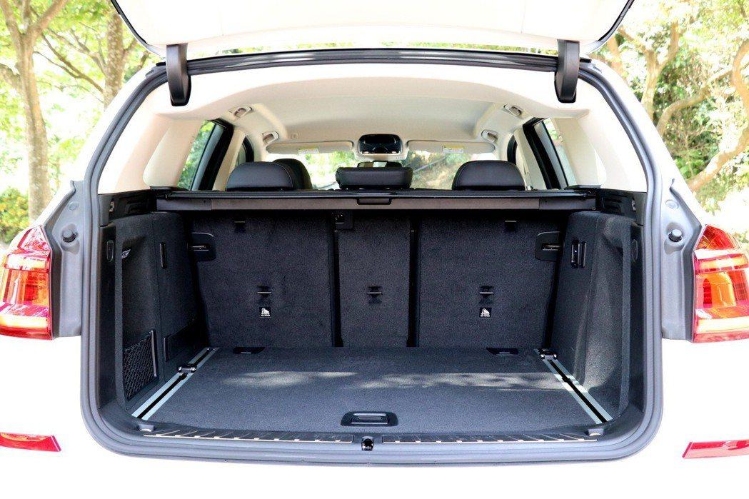 後行李廂表現在五人座狀況下,擁有550公升的置物容積,若透過4/2/4後座椅傾倒,則可進一步提升至1600公升。 記者陳威任/攝影