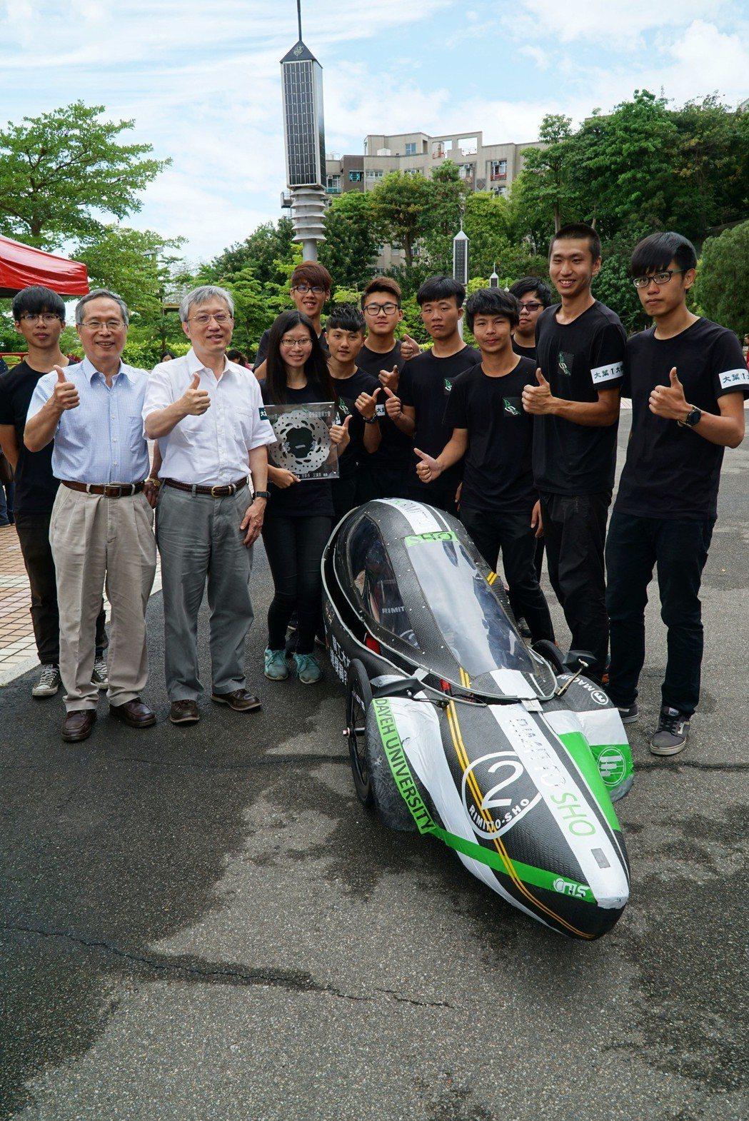 機械系Rimitto_Sho車隊,以32圈破大會紀錄,勇奪電動車組動態競賽冠軍。...