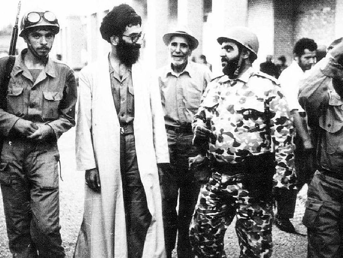 兩伊戰爭中,視察前線部隊的時任總統哈梅尼(Ali Khamenei),他是當今伊...