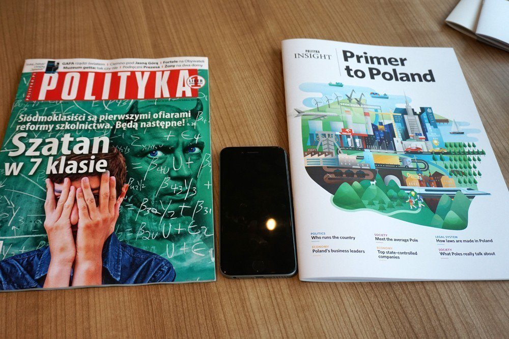 左邊是波蘭發行量大一的《政治》週刊,右邊是《政治洞察》每月推出的波蘭國內概況分析。 圖/作者自攝