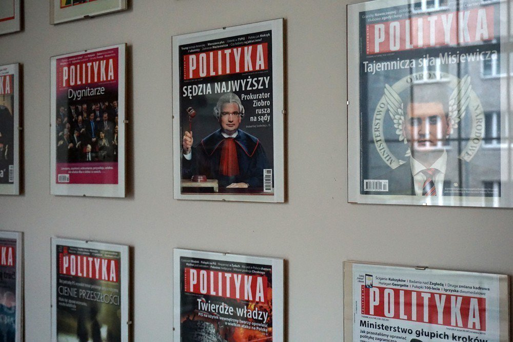 《政治》週刊與《政治洞察》辦公室在同一大棟大樓,二樓牆面是整列的《政治》週刊。 圖/作者自攝