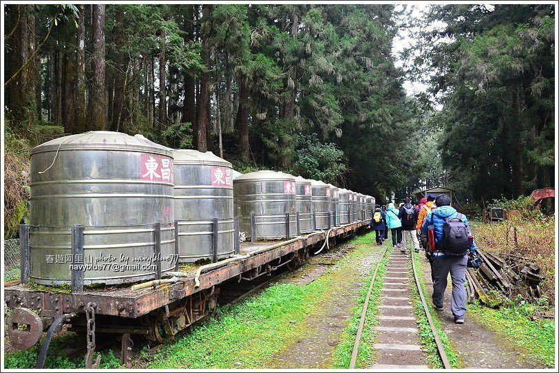 ↑步道入口的一列大貯水桶列車。