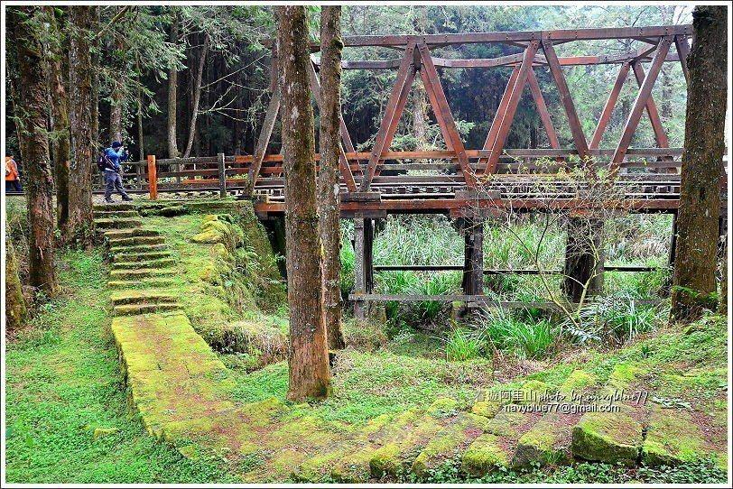 ↑由木棧橋左側走石板階繞過,可以欣賞木棧橋全貌。