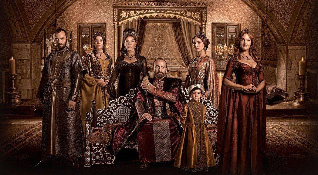 從2010年開始,土耳其古裝劇、宮廷劇開始風行。《輝煌世紀》講述鄂圖曼帝國蘇萊曼...